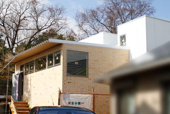 レンガとガルバリウム鋼板の外壁